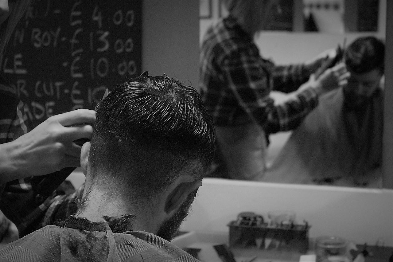 美容院で髪を切る男性のイメージ画像