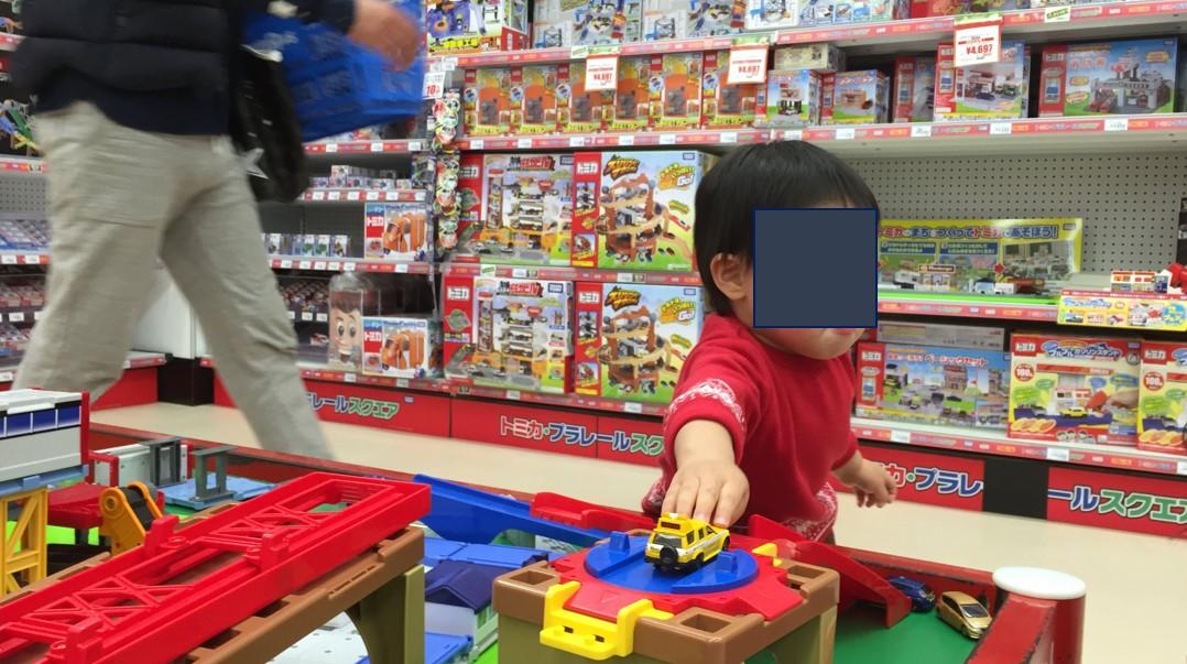 トイザラスで遊ぶ息子の写真