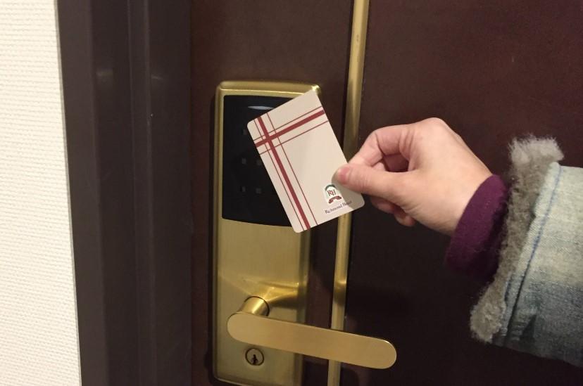 リッチモンドホテル浜松のカードキーをかざす写真