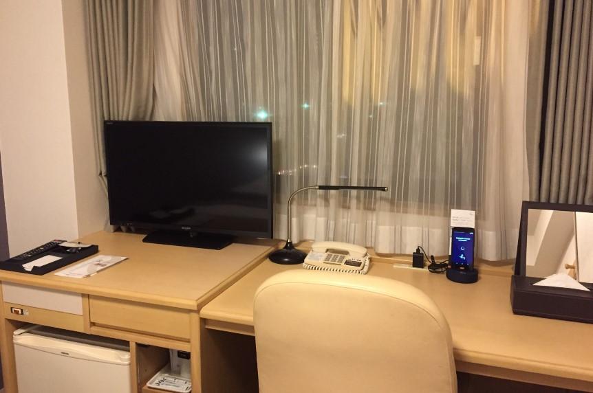 リッチモンドホテル浜松の部屋にあるテレビと机の写真