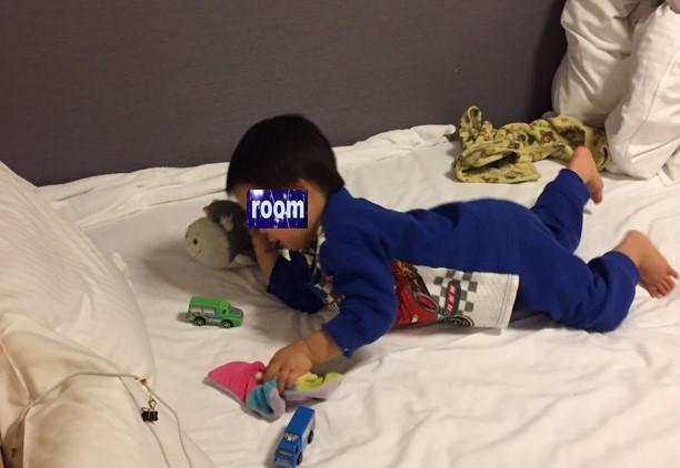 リッチモンドホテル浜松の部屋のベッドで遊ぶ息子の写真