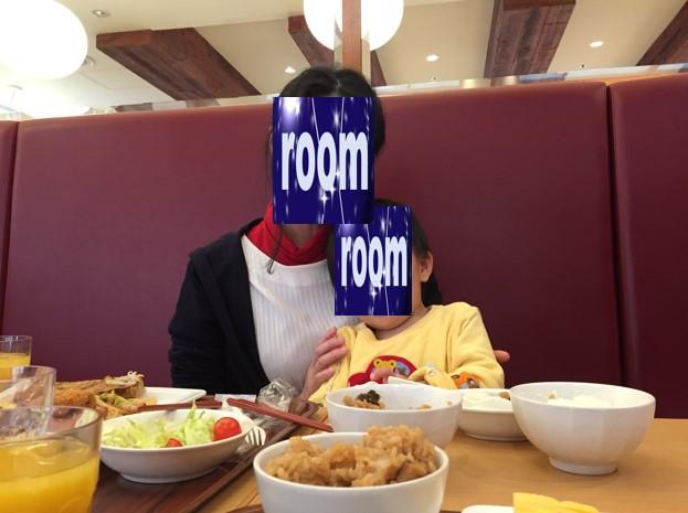 リッチモンドホテル浜松の朝食の食べて満足した息子の写真
