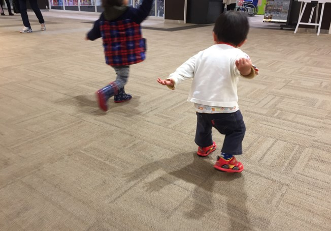 マックイーンの靴を履いて上機嫌の息子の写真