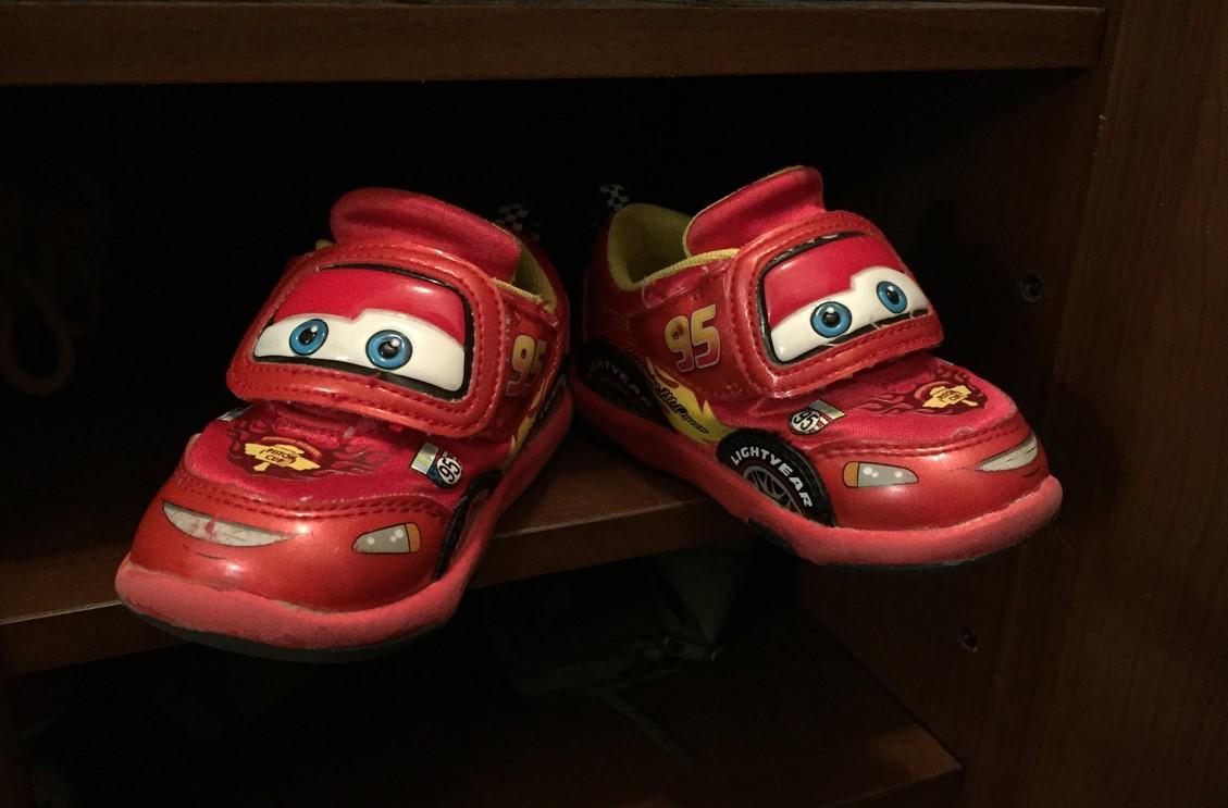役目を終えて寂しそうなライトニングマックイーンの靴の写真