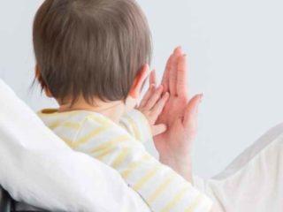 赤ちゃんとタッチする画像